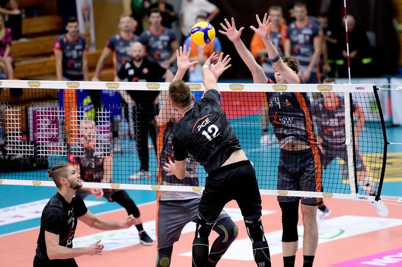 Kadr z półfinałowego meczu PGE Skra Bełchatów - Jastrzębski Wegiel /PAWEŁ PIOTROWSKI/400mm.pl / NEWSPIX.PL /Newspix