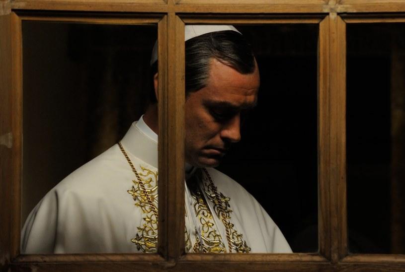 """Kadr z serialu """"Młody papież"""" /HBO"""