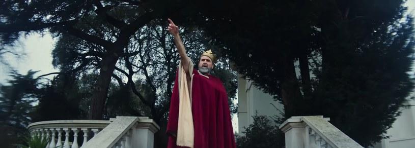 """Kadr z teledysku """"Once"""" Liama Gallaghera. Eric Cantona w roli króla /"""