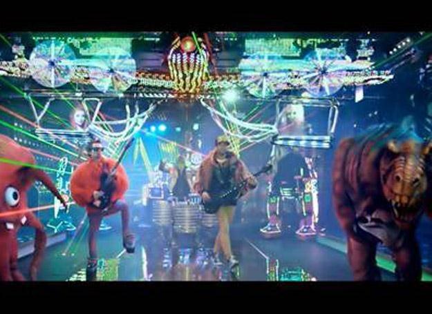 "Kadr z teledysku ""Panic Station"" Muse /Warner Music Poland"