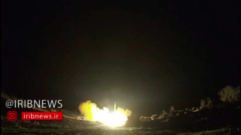 Kadr z wideo dokumentującego wystrzelenie rakiet z Iranu w kierunku amerykańskiej bazy al Asad; film udostępniła irańska telewizja publiczna /PAP/EPA