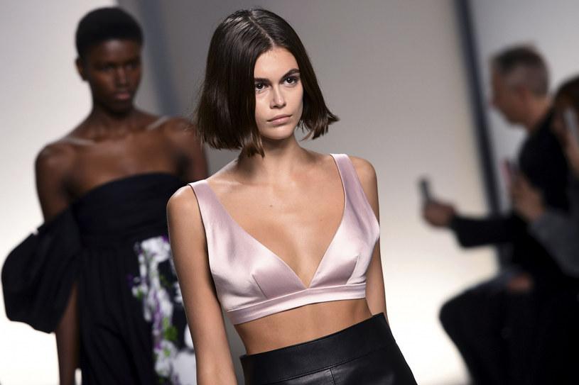 Kaia Gerber ma zaledwie 18 lat, a na koncie udział w pokazach dla największych domów mody /CHRISTOPHE ARCHAMBAULT/AFP /East News