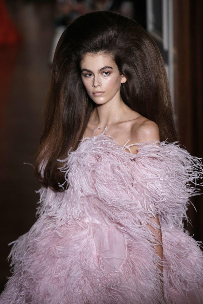 Kaia Gerber podczas pokazu kolekcji haute couture Valentino /East News