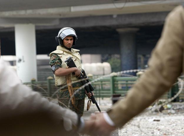 Kair: Demonstranci i żołnierz /AFP
