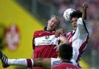 Kaiserslautern - Bayern 0:0.W powietrznej walce o piłkę Roque Santa Cruz (z prawej) i Marian Hristov