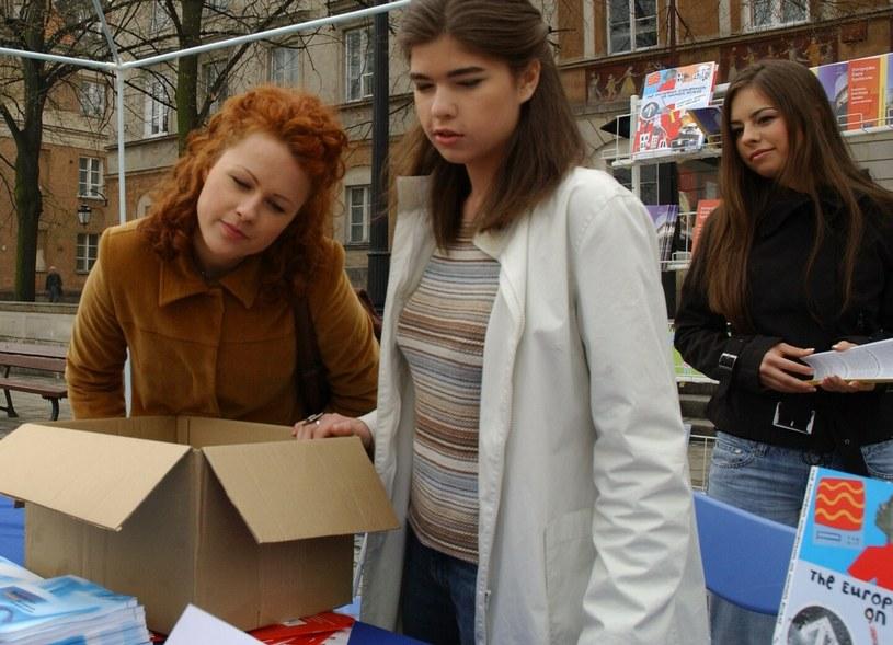 """Kaja Paschalska i Ola Niżyńska na planie serialu """"Klan"""" w 2005 roku /Tricolors /East News"""