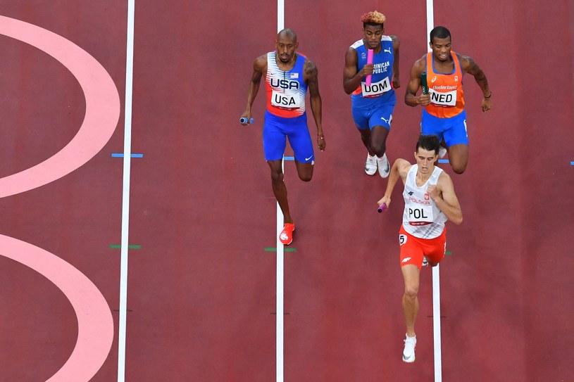 Kajetan Duszyński przyprowadził polską sztafetę mieszaną 4x400 m na pierwszym miejscu w Tokio /AFP