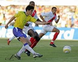 Kaka (w zółtym stroju) zdobył jedyną bramkę w meczu Brazylia - Peru /AFP