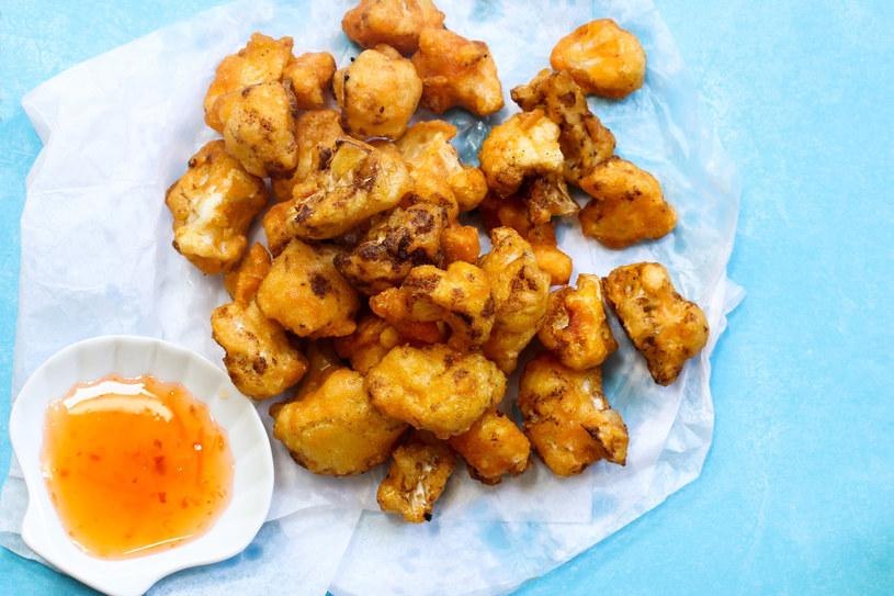 Kalafiora w cieście można podawać z ziemniakami lub dipami /123RF/PICSEL