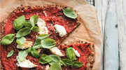 Kalafiorowa pizza z ricottą i sosem z pieczonych pomidorów
