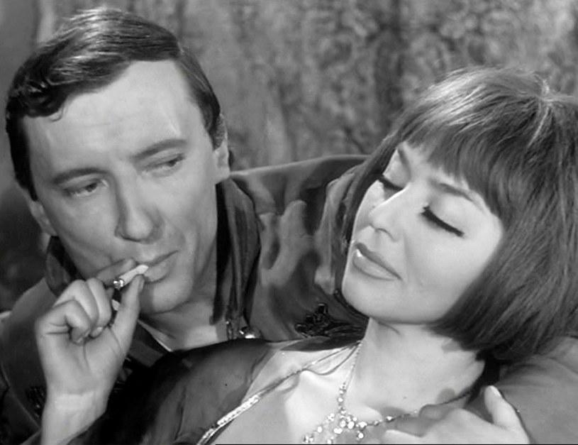 """Kalina Jędrusik i Krzysztof Chamiec w serialu Stanisława Barei """"Kapitan Sowa na tropie"""" (1965) /East News/POLFILM"""