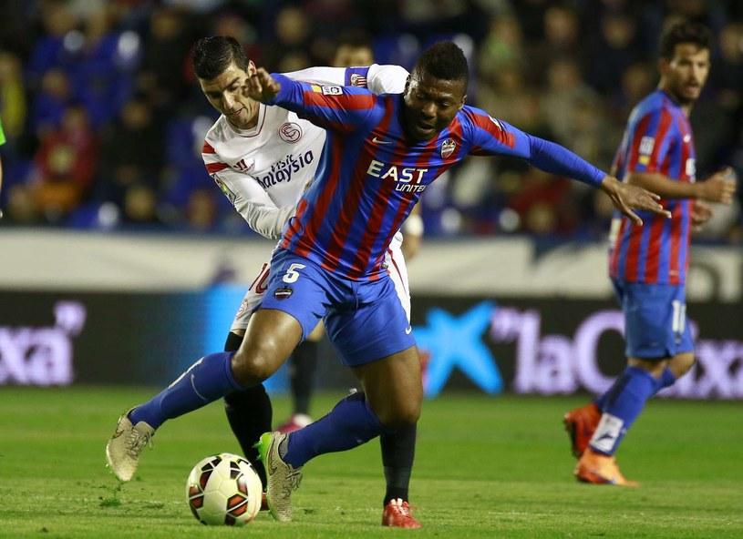 Kalu Uche (z przodu) w barwach Levante /AFP