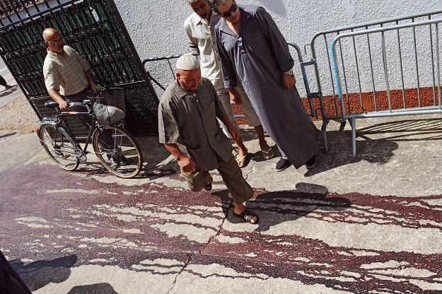Kałuża krwi przed meczetem /AFP