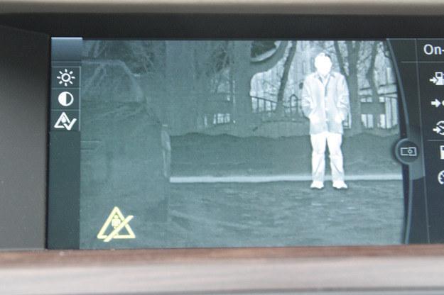Kamera w podczerwieni pozwala z daleka dostrzec pieszych /INTERIA.PL