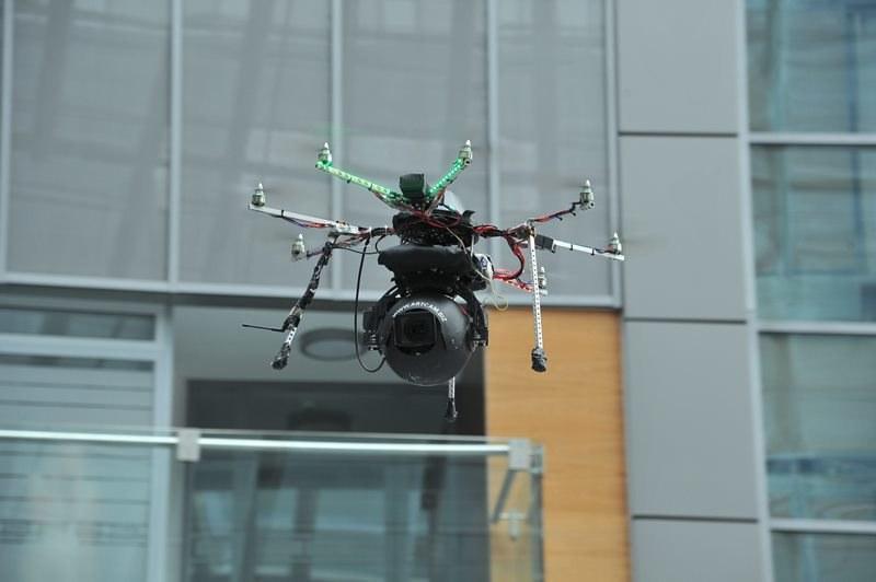 Kamera zamontowana na zdalnie sterowanym helikopterze /Jan Bogacz /PAP