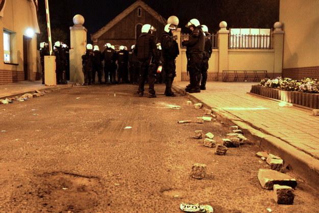 Kamienie, którymi obrzucono policjantów przed szpitalem /Andrzej Grygiel /PAP