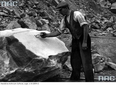 Kamieniołom w Miękini. Z takich głazów porfiru wykonywano formaki /Z archiwum Narodowego Archiwum Cyfrowego