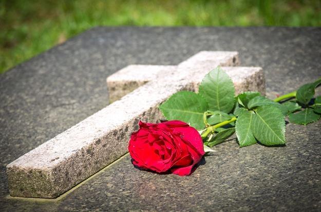 Kamienny nagrobek można zbudować na grobie ziemnym albo murowanym /©123RF/PICSEL