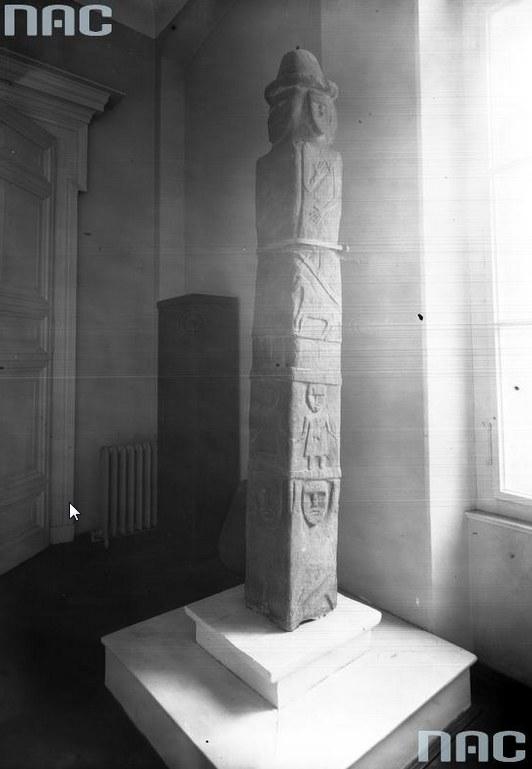 Kamienny słup przedstawiający Światowida znaleziony w Zbruczu /Z archiwum Narodowego Archiwum Cyfrowego