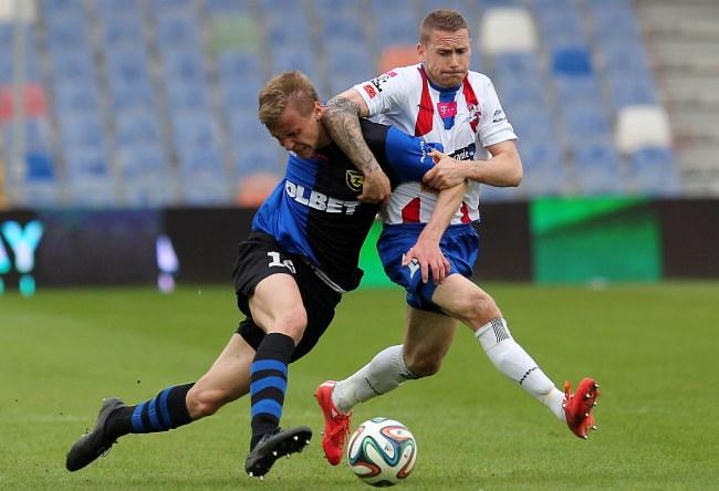 Kamil Drygas (z lewej) walczy o piłkę z Damianem Chmielem /Andrzej Grygiel /PAP