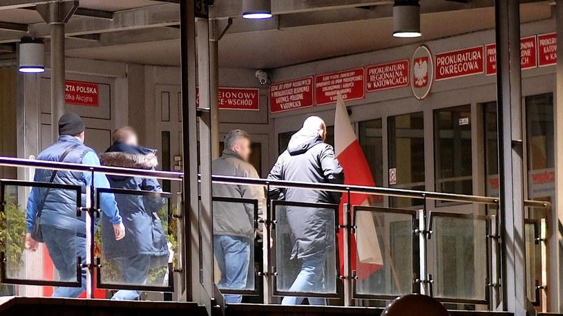 Kamil Durczok doprowadzany do Prokuratury Krajowej w Katowicach. Dziennikarz został zatrzymany w śledztwie dotyczącym fałszerstwa weksla / Andrzej Grygiel    /PAP