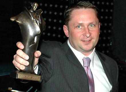 Kamil Durczok z Wiktorem, który otrzymał w 2005 roku, fot. Andrzej Szilagyi /MWMedia
