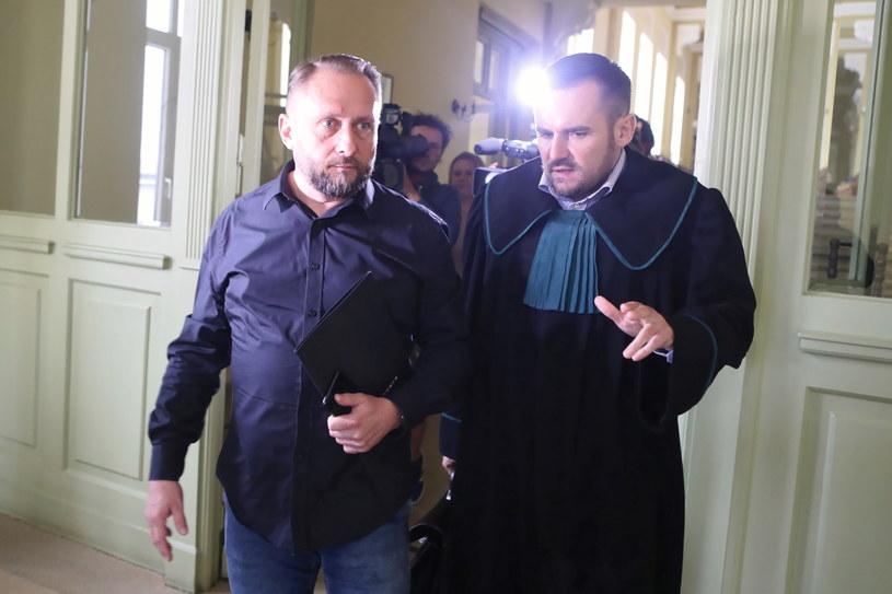 Kamil Durczok ze swoim obrońcą w piotrkowskim sądzie /Roman Zawistowski /PAP