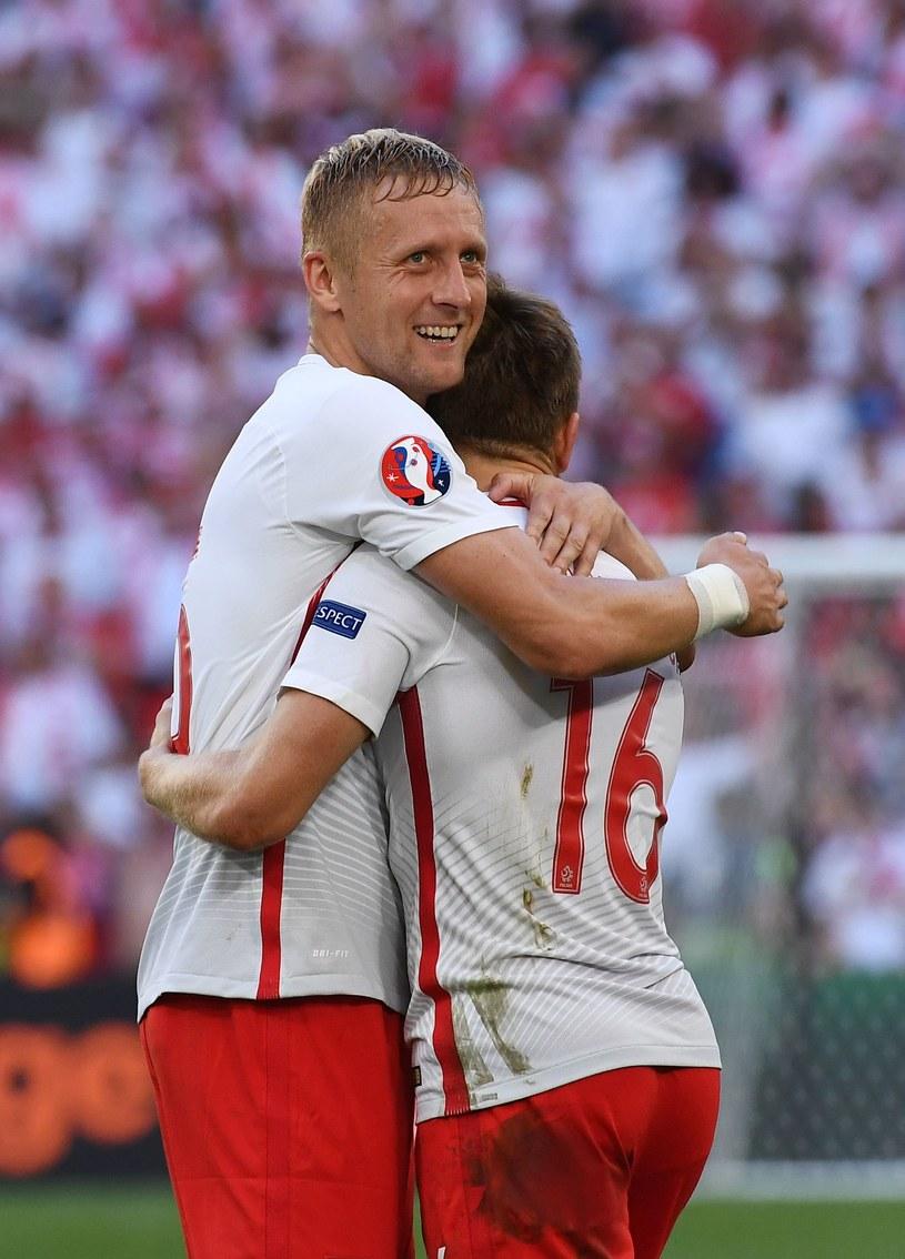 Kamil Glik - najlepszym obrońcą Euro 2016 - twierdzi UEFA. Ściska Jakuba Błaszczykowskiego po meczu z Ukrainą. /AFP