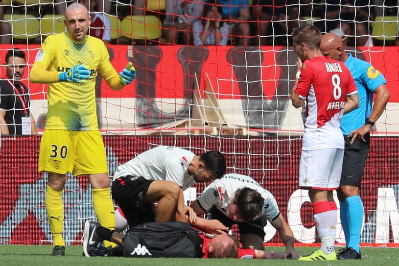 Kamil Glik nie ma lekko w Ligue 1. Tu udzielano mu pomocy podczas meczu z Nimes, 25 sierpnia. /AFP