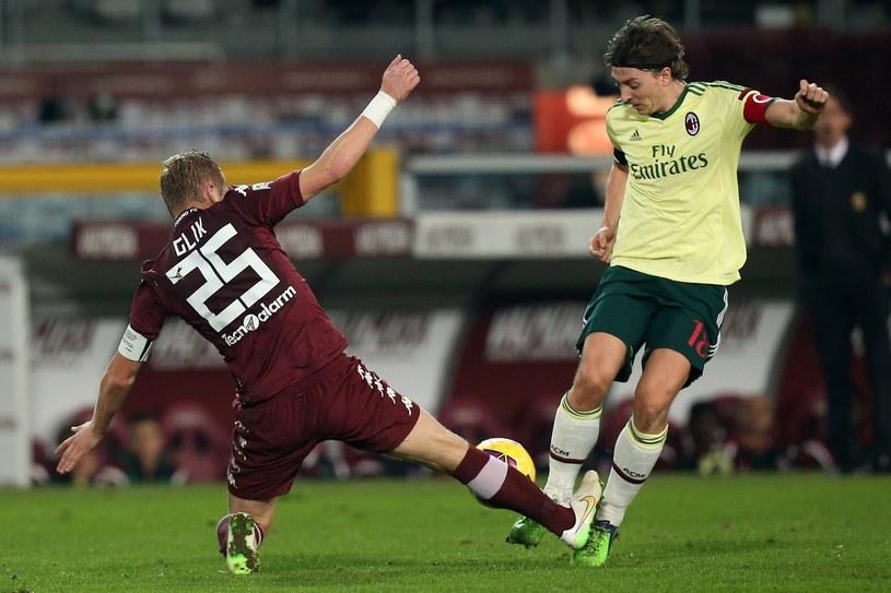 Kamil Glik nigdy nie odpuszcza. Tu w walce z Riccardo Montolivo z Milanu /AFP