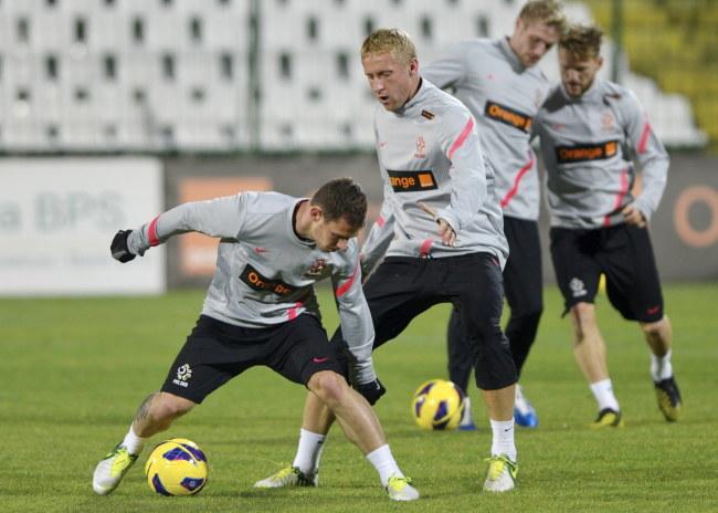 Kamil Glik (przed nim Ludovic Obraniak) na treningu reprezentacji Polski /Adam Warżawa /PAP