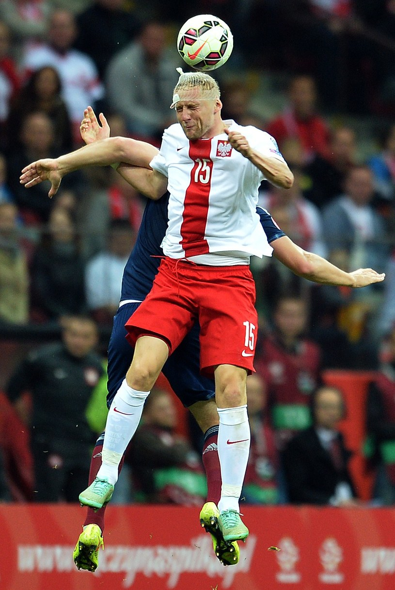 Kamil Glik przez większość meczu grał z opatrunkiem na głowie /AFP