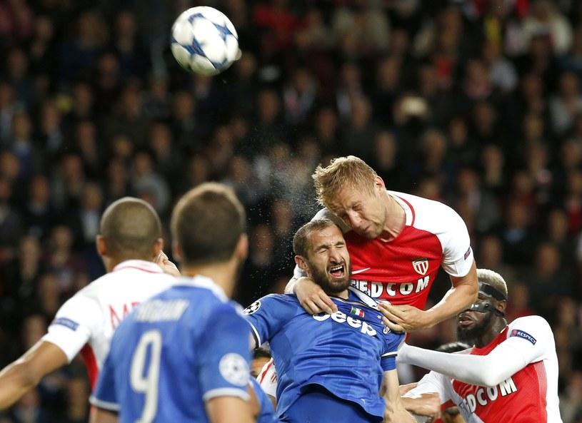 Kamil Glik (u góry) wygrywa pojedynek główkowy z Giorgiem Chiellinim z Juventusu /PAP/EPA
