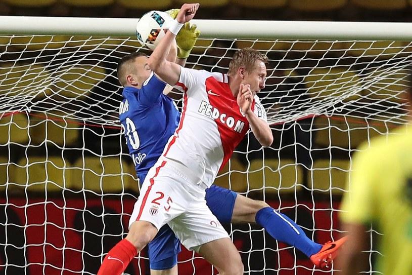 Kamil Glik w pojedynku powietrznym z bramkarzem Nantes, Maxime Dupe /AFP