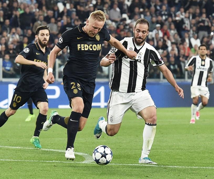 Kamil Glik (z lewej) w walce o piłkę z Gonzalo Higuainem z Juventusu Turyn /PAP/EPA
