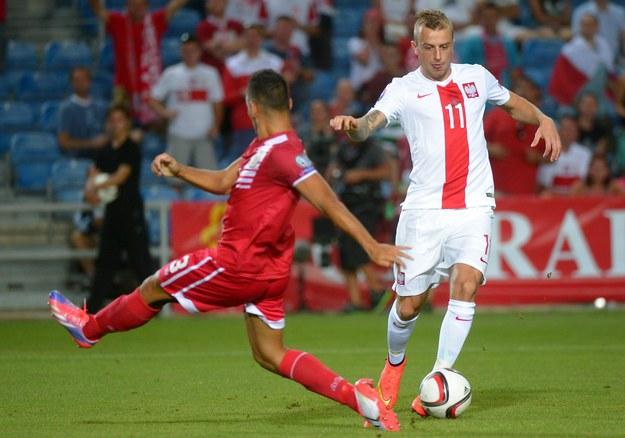 Kamil Grosick walczy o piłkę z reprezentantem Gibraltaru / Bartłomiej Zborowski   (PAP) /PAP