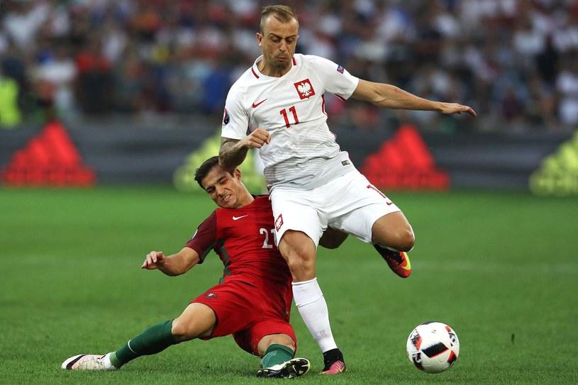 Kamil Grosicki (biały strój) w akcji /AFP