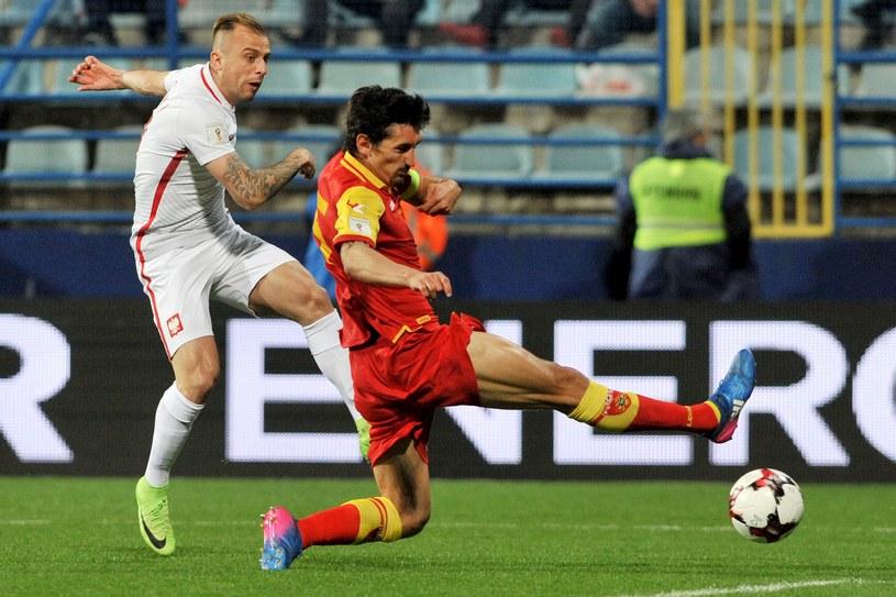 Kamil Grosicki (L) w meczu z Czarnogórą /AFP