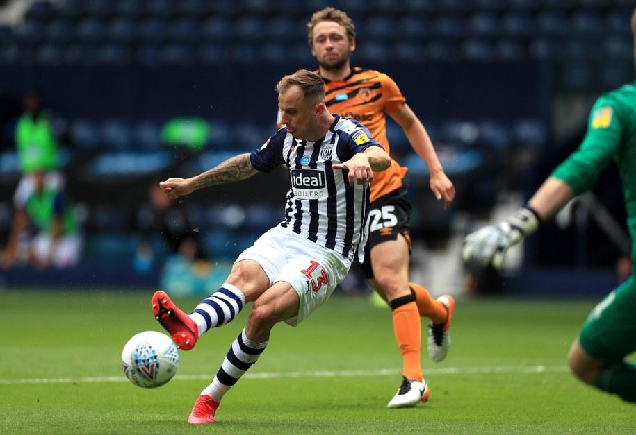 Kamil Grosicki strzela gola w meczu West Bromwich Albion z Hull City, 5 lipca 2020 /MIke Egerton   /PAP/PA