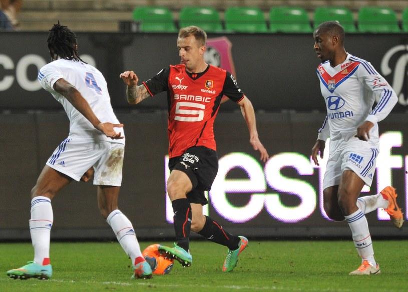 Kamil Grosicki (w środku) w meczu z Olympique Lyon /AFP