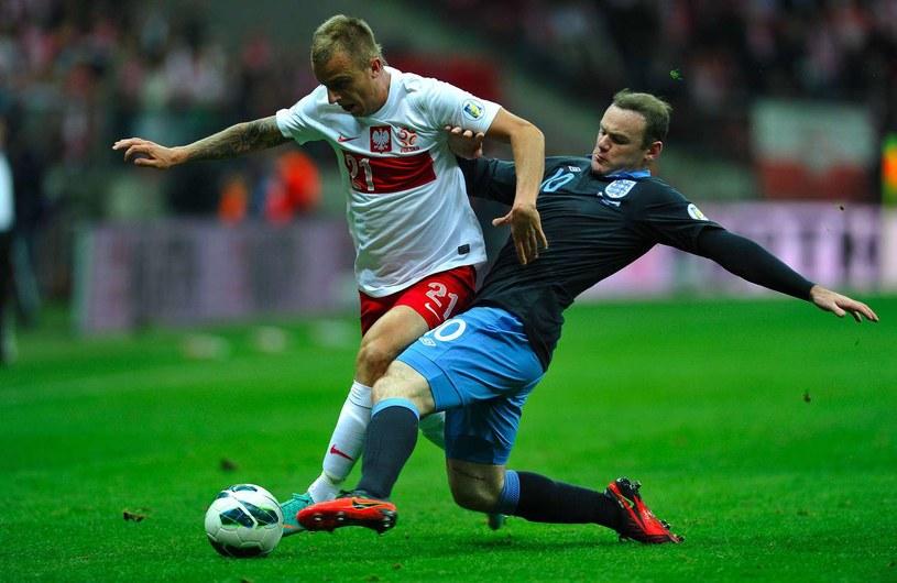 Kamil Grosicki w walce w Waynem Rooneyem /AFP