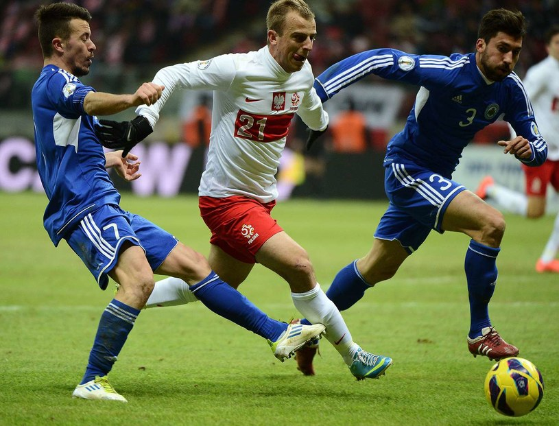 Kamil Grosicki w walce z piłkarzami San Marino /AFP