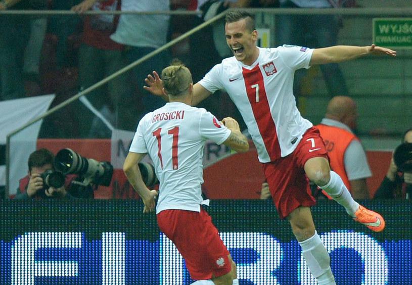 Kamil Grosicki (z lewej) i Arkadiusz Milik cieszą się z bramki w meczu z Niemcami /THOMAS EISENHUTH    /PAP/EPA