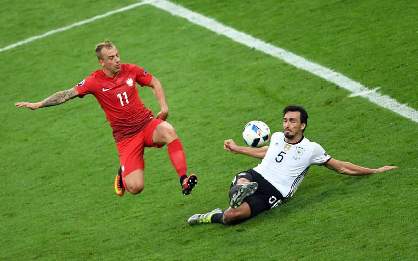 Kamil Grosicki (z lewej) w akcji w meczu z Niemcami /AFP