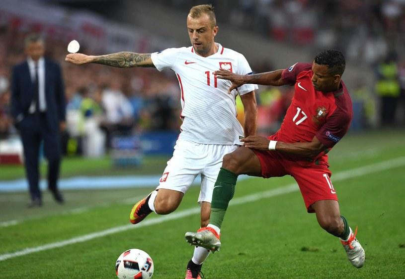 Kamil Grosicki (z lewej) walczy o piłkę z Nanim /AFP