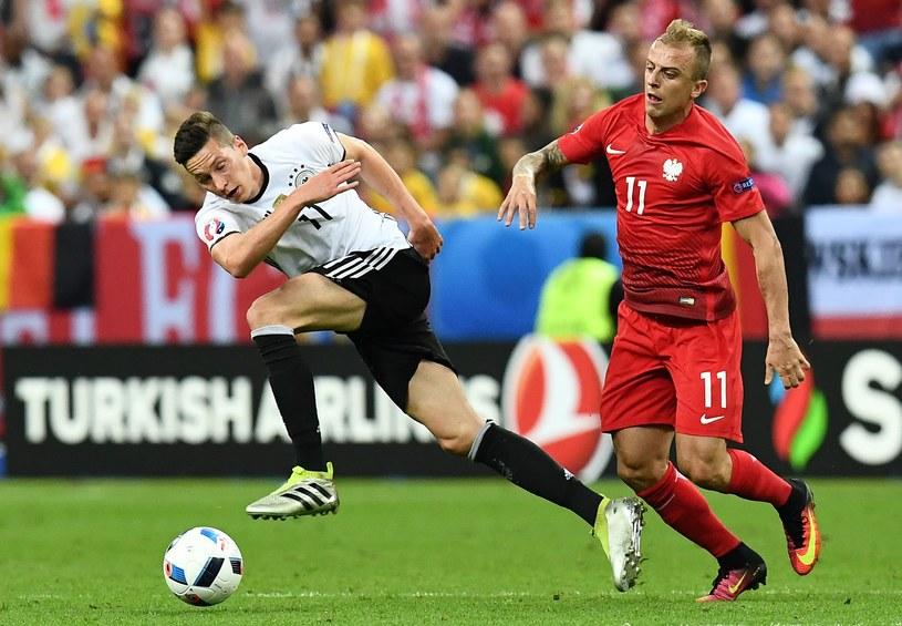 Kamil Grosicki (z prawej) z Niemcami dostał żółtą kartkę /AFP
