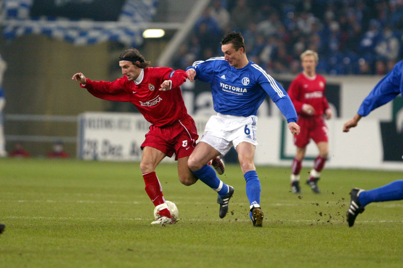 Kamil Kosowski w starciu z Tomaszem Hajtą z Schalke, W grudniu 2002 r. Wisła sensacyjnie wygrała na wyjeździe z silną ekipą z Bundesligi 4-1. /Tomasz Markowski /Newspix