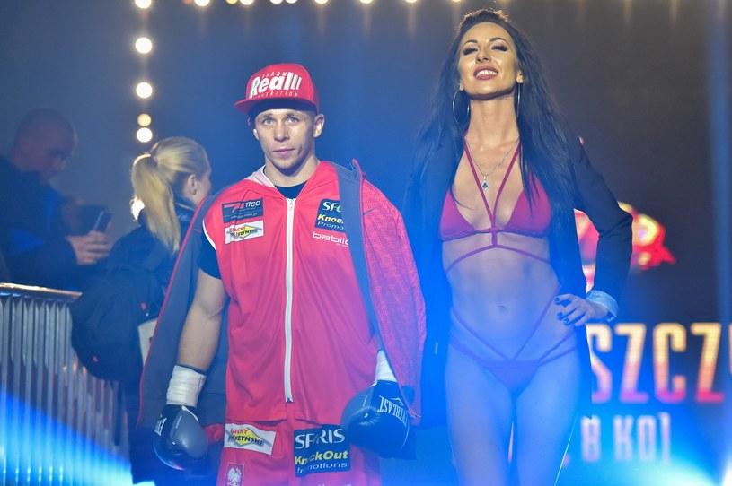 """Kamil Łaszczyk w towarzystwie """"ring girl"""" zmierza do ringu /fot. Paweł Polecki/Reporter /East News"""