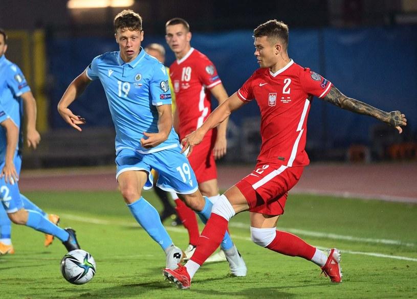 Kamil Piątkowski (z prawej) zawinił utratę bramki w meczu z San Marino, którą strzelił Nicola Nianni (z  lewej). /AFP