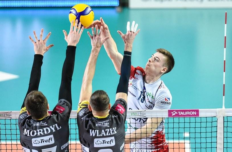 Kamil Semeniuk (ZAKSA Kędzierzyn-Koźle) atakuje, blokować próbują Bartłomiej Mordyl i  Mariusz Wlazły /Lukasz Sobala / PressFocus / NEWSPIX.PL /Newspix